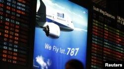 日本东京以东成天国际机场20013年1月9日电子显示板上的全日空航空公司波音787梦幻型客机的宣传广告