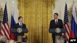 Президенти Медведєв і Обама на спільній прес-конференції у Білому домі
