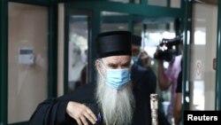 Mitropolit crnogorsko-primorski Amfilohije glasa na izbornom mestu u Cetinju, 30. avgusta 2020