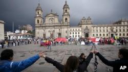 Para demonstran bergandengan tangan untuk menunjukkan dukungan terhadap persetujuan perdamaian antara pemerintah Kolombia dan kelompok pemberontak FARC di alun-alun utama Bogota, 8 Oktober 2016.