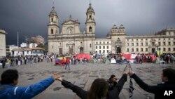 Patizan nouvo akò a ki tap manifeste sou yon plas piblik nan Bogota, kapital Kolonbi, pou montre kijan yo kontan nouvo dokiman an.