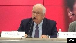 前美國駐華大使芮效儉在研討會上(美國之音莉雅拍攝)