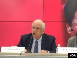 前美国驻华大使芮效俭在一个研讨会上(美国之音莉雅拍摄)