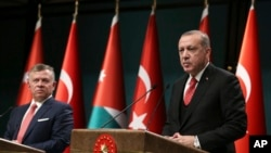 Turkey's President Recep Tayyip Erdogan, right, talks during a joint news conference with Jordan's King Abdullah II, left, following their meeting at the Presidential Palace in Ankara, Turkey, Wednesday, Dec. 6, 2017. (Yasin Bulbul/Pool via AP)