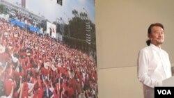 施明德5月21日宣布角逐台湾2016总统大位。背景图片是2006年他领导百万人反贪倒扁运动的集会场景(美国之音赵婉成拍摄)