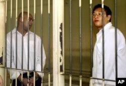Hai công dân Australia Andrew Chan, phải, và Myuran Sukumaran,đứng trong phòng giam sau phiên xử ở một tòa án ở Denpasar, Bali, Indonesia, 14/2/2006.