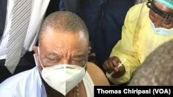 UMnu. Constantino Chiwenga uhlatshwa ijekiseni yeSinopharm COVID-19. (Umfanekiso: Thomas Chiripasi)