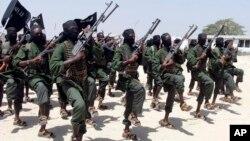Para anggota militan al-Shabab melakukan latihan militer di Lafofe, selatan Mogadishu, Somalia (foto: dok).