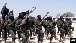 Abarwanyi bashasha ba al-Shabab mu myimenyerezo ya gisirikare mubumanuko bwa Mogadishu, Somaliya. Itariki 11/09/2017