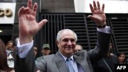 Ông Zuloaga đã trốn sang Hoa Kỳ trong tháng Sáu sau khi chính phủ Caracas tống đạt trát bắt giam ông