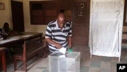 Un homme en train de voter dans un bureau de vote, à Brazzaville, au Congo, le dimanche 20 mars 2016. (Photo AP / John Bompengo)