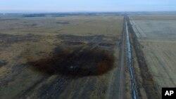 Foto udara menunjukkan pipa minyak Keystone yang dibangun oleh perusahaan TransCanada Corp., menumpahkan minyak 210.000 gallon di area tanah pertanian dekat kota Amherst, South Dakota (foto: ilustrasi). Presiden AS Donald Trump menghidupkan kembali dua jaringan pipa minyak yang sebelumnya telah dibatalkan oleh Presiden Barack Obama.