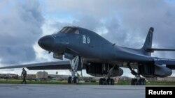 Un bombardero B-1B Lancer se prepara para despegar desde la Base Andersen de la Fuerza Aérea en la isla de Guam.
