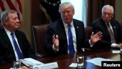 Presiden Amerika Donald Trump (tengah) berbicara dalam rapat membahas reformasi imigrasi di Gedung Putih, Selasa (9/1).