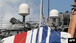 Моряки ВМФ Бразилии поднимают на борт корабля обломки разбившегося французского авилайнера рейса AF447. 14 июня 2009 года