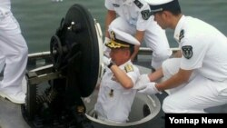 최윤희 한국 해군참모총장이 12일 중국 청도에 있는 북해함대사령부를 방문해 1700톤급 잠수함을 둘러보고 있다.