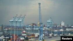 Cảng Zeebrugge, Bỉ, nơi quá cảnh của các nhóm di dân được buôn lậu từ Pháp sang Anh.