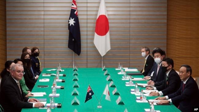 日本首相菅义伟(右)和澳大利亚总理莫里森(左)在东京就双边军队准入协定达成基本协议。(2020年11月17日)