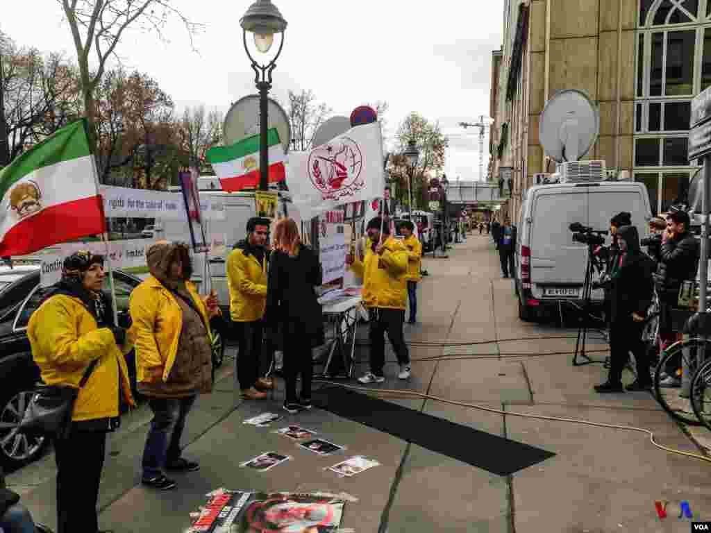تجمع تعدادی از اعضای سازمان مجاهدین خلق در اعتراض به مذاکرات قدرتهای جهانی با ایران در وین، اتریش