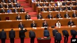 新任中国官员在北京人大会堂人大会议期间举行宣誓后向国家主席习近平和其他领导人鞠躬敬礼。(2018年3月19日)