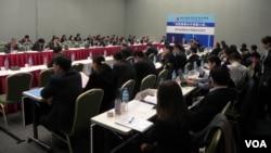"""台湾九合一选举后两岸首次大型经贸交流""""2014 两岸企业家峰会""""在台北举行。(美国之音许波拍摄)"""