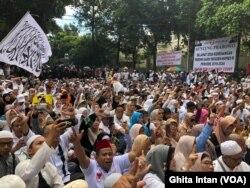 Para pendukung Prabowo pada acara syukuran kemenangan di kediamannya di Jl. Kertanegara, Jakarta, 19 April 2019. (Foto: VOA/Ghita)