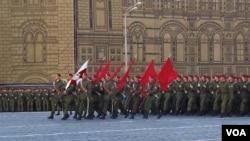 莫斯科红场阅兵彩排中的俄军部队。(美国之音白桦拍摄)