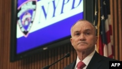 Cảnh sát trưởng New York Raymond Kelly tại một cuộc họp báo