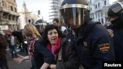 Polisi Spanyol mendorong para demonstran dalam aksi mogok di Madrid, Rabu (14/11).