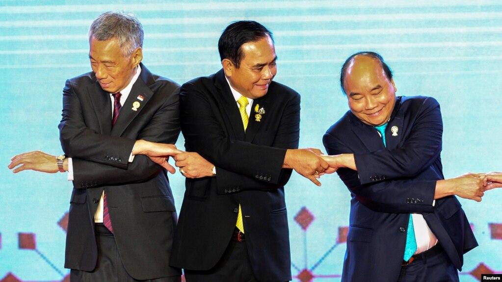 Thủ tướng Singapore Lý Hiển Long (bên trái) và Thủ tướng Nguyễn Xuân Phúc (phải) chụp ảnh chung với lãnh đạo ASEAN hôm 23/6.