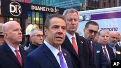 លោក Andrew Cuomo អភិបាលរដ្ឋញូវយ៉កថ្លែងទៅកាន់សារព័ត៌មាន បន្ទាប់រកឃើញគ្រាប់បែកបំពង់ទីបមួយជាប់នឹងខ្លួនបុរសម្នាក់ នៅក្នុងរថភ្លើងក្រោមដីក្នុងក្រុងញូវយ៉ក នៅក្បែរទីលាន Times Square កាលពីថ្ងៃទី១១ ខែធ្នូ ឆ្នាំ២០១៧។