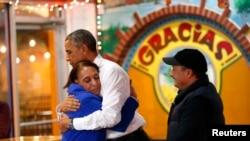 Barack Obama embrassant la propriétaire d'un restaurant mexicain, lors d'une visite à Nashville, Tennessee, pour un discours sur l'immigration, le 9 décembre 2014. ( REUTERS/Kevin Lamarque)