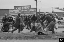 سیلما میں 1965 میں پولیس نے ووٹنگ رائٹس کے حق میں مارچ کرنے والے 600 کارکنان پر دھاوا بول دیا تھا۔ (فائل فوٹو)