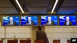 ຜູ້ຊາຍຄົນນຶ່ງ ພວມຟັງການຖະແຫຼງຂ່າວ ທາງໂທລະພາບ ຂອງທ່ານ Herman Van Rompuy ປະທານຂອງສະຫະພາບຢູໂຣບ ທີ່ນະຄອນ Brussels ປະເທດແບລຢ້ຽມ (8 ກຸມພາ 2013)