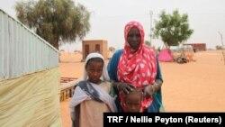 Aminetou Mint Yarg avec des membres de sa famille, Dar El Barka, Mauritanie, le 20 octobre 2018.