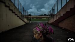 Une anonyme photographiée au stade national, où elle retournait pour la première fois depuis son arrestation par les forces de sécurité le 28 septembre 2009. Crédit FIDH/Tommy Trenchard