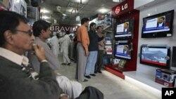 人们在巴基斯坦一家电器商店观看维基揭密