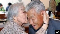 53년만에 상봉한 이산가족 남매 (자료사진)