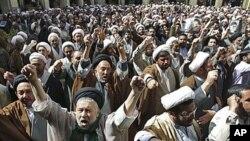 کۆمهڵێـک پـیاوی ئاینی شیعه له شـاری مهشـههدی ئێران پـشـتیوانی خۆیان بۆ شیعهکانی بهحرهین دهردهبڕن، چوارشهممه 6 ی چواری 2011