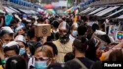 Người Philippines đeo khẩu trang chống virus COVID-19 tại Manila, Philippines, ngày 3/12/2020. REUTERS/Eloisa Lopez