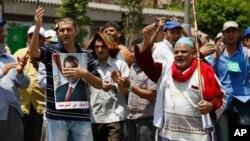 Сторонники низложенного президента Египта Мохаммеда Мурси. Пригород Каира. 7 июля 2013 г.