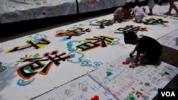參加守護孩子未來集會的小朋友寫上對未來的願景。(美國之音 湯惠芸拍攝)