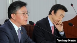 홍용표 한국 통일부 장관(왼쪽)이 15일 오후 국회에서 열린 외교통일위원회 전체회의에 출석, 의원들의 질의에 답변하고 있다. 오른쪽은 윤병세 외교장관.