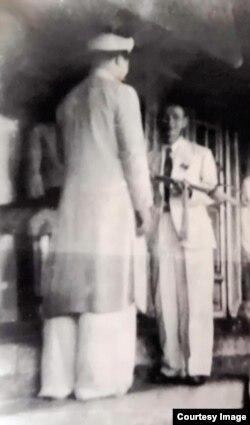 Trưởng đoàn đại biểu Chính phủ lâm thời Việt Nam Dân chủ Cộng hòa Trần Huy Liệu (phải) nhận kiếm từ vua Bảo Đại tại lễ thoái vị, chiều 30.8.1945. Nguồn: Lưu trữ Cộng hòa Pháp.