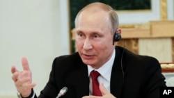 Tổng thống Nga Vladimir Putin phát biểu trong một cuộc gặp gỡ lãnh đạo các cơ quan thông tấn quốc tế tại Diễn đàn Kinh tế Quốc tế St. Petersburg ở St. Petersburg, Nga, ngày 1 tháng 6, 2017.