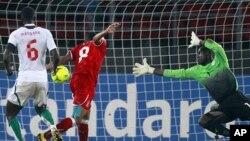 Iyanga de la Guinée équatoriale marque un but contre le Sénégal avec dans les bois Coundoul lors de leur match comptant pour le Groupe A de la Coupe d'Afrique des Nations au Stade Bata.