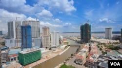 柬埔寨首都金邊。2017年將近一半來自中國的投資進入了柬埔寨的房地產市場(2018年3月03日,美國之音朱諾拍攝)