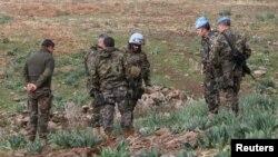 5일 이스라엘 군이 헤즈볼라의 공격에 대응해 포격을 가한 가운데, 유엔 평화유지군이 이스라엘과 레바논 국경지역에서 이스라엘 군의 포탄이 떨어진 지점을 수색하고 있다.