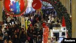 Bisnis di kota New York selalu ramai dipenuhi pengunjung, seperti pusat perbelanjaan Macy's di Manhattan, New York ini (foto: dok).