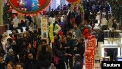 Suasana sebuah pusat belanja ternama di Manhattan, New York saat musim belanja akhir tahun, Desember 2012. (Foto: dok). Belanja konsumen Amerika dilaporkan naik sedikit, sebesar 0,2 persen di bulan Desember, seiring meningkatnya pendapatan yang mengindikasikan pemulihan perlahan perekonomian AS.